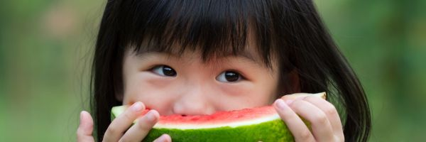 Bild på flicka med vattenmelon